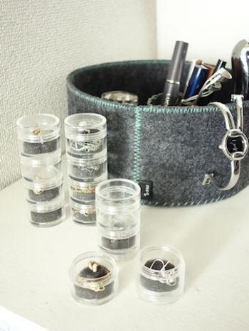 「アクリル小分けケース」は、連結式の小物ケース。こちらも細かいものの収納に活躍してくれます。