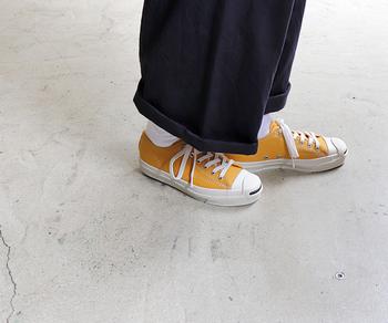 サンダルの季節もひと段落。ブーツがメインになるまで、皆さんはどんな足元で季節をつなぎますか?クール派にもフェミニン派にも馴染みやすのは、ソックスとスニーカーでつくるほんのりカジュアルな足元。