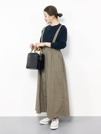 シックなガンクラブチェック柄のロングスカート。足元にスニーカーを合わせれば、大人カジュアルなこなれ感を演出する事ができます。