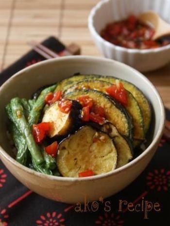 ミニトマトを使った和風のトマトだれを素揚げの野菜にかけて丼に。季節に合わせた旬の野菜でぜひアレンジしてみましょう!これ1つで味付けだけでなく、彩りもアップ♪