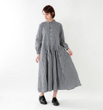丸い襟やふんわりとしたシルエットが大人可愛い、ギンガムチェック柄のワンピース。甘くなりすぎないように、足元にレザーシューズを合わせて、全体を引き締めるのがおすすめです。