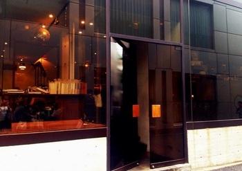 2001年にオープンしたカフェ&バー。プロデュースはJUN+「バワリ―キッチン」「ロータス」を手がけた山本宇一氏。 オープン当初は、ハウスサインなし、内部が窺えない遮光ガラス(内側から外はよく見えます)、わかりにくいエントランスの作りが話題になりました。