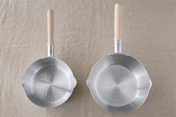 日本料理に欠かせない、アルミでできた熱伝導率が良く軽くて使い勝手の良いのが雪平鍋。読み方は同じですが行平鍋と記載されている場合もあります。昔から使われている便利なお鍋の一つです。