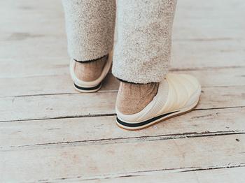 「エンバー モック 2」の大きな特長のひとつが、かかとを踏んでクロッグサンダルのように着用することもできること。より気軽に脱ぎ履きしやすいので、ピクニックなどのシーンでもラクラク。足元のシルエットにも変化がつけられるので、ボトムスやコーディネートとのバランスを見ながら履きこなしを楽しめます。