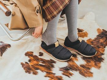 """中綿の入ったキルティングのアッパーは、見た目だけでなく、履いた瞬間から心地良いぬくもり感に包まれるよう。寒い時季になると、足元の冷えは切実な問題。おしゃれを楽しんでいる場合じゃ……なんてことも。アウトドアシーンにも対応している「エンバー モック 2」だからこそ、""""おしゃれ""""と""""快適さ""""の両方を叶えてくれます。"""