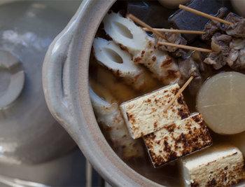 土鍋は一度温まると冷めにくいので冬場のお鍋やおでん、そしてご飯を炊く時にも大活躍。日本の食卓を支えてきてくれたお鍋の一つです。様々なサイズがあるので、暮らしの人数に応じてサイズを選ぶと使用用途も広がりますよ。