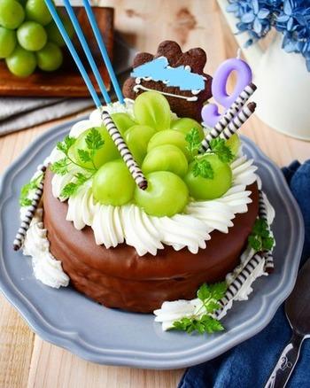 お子様が大好きなあま~いチョコレートケーキ。ガトーショコラにさっぱりしたマスカットをトッピングしたチョコレートケーキはお子様だけでなく、スイーツ好きの大人のバースデーケーキにも喜ばれそうです。