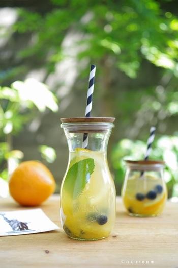 白ワインで作るさっぱりサングリア。柑橘系のフルーツと白ワインに優しいハチミツの甘さがGOOD♪デキャンタに入れてワインクーラーで冷やしておけばずっと冷たいまま飲めるのでパーティーにおすすめです。