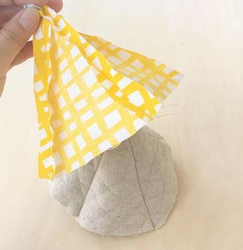 型紙に合わせて三角に切った布地を5枚合わせて縫うだけです。ポイントは表布と裏布をそれぞれ繋げたあと合わせて縫いますが、縫い目の位置がズレないようにきちっと合わせましょう。
