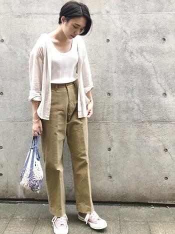 ベージュ×オフホワイトの柔らかトーンのチノパンスタイル。タンクトップの上にシャツを羽織ったアンサンブル風の着こなしは、インナーをボトムスインさせることですっきりと。裾はスニーカーに合わせたジャスト丈がベストです。