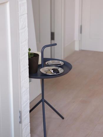 ここに鍵類をまとめる事でお出かけ時の導線もスムーズになり、お掃除の時もテーブルごと動かす事ができるので便利です。