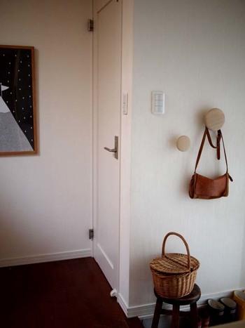 また、玄関に小さなイスを置いておけばカゴバッグの一時置き場も作れちゃいます。中に、ドライフラワーを入れて飾るのもおしゃれですよね◎