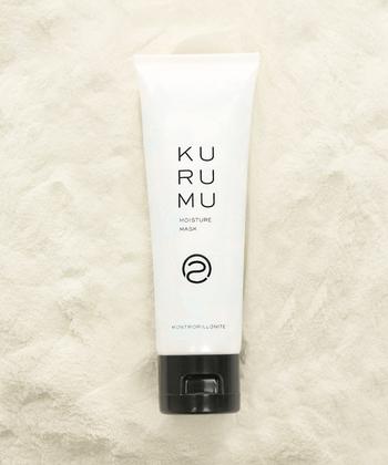 「クルム」のモイスチャーマスクは毛穴の汚れを取り除いてくれるだけではなく、ワントーン明るいお肌に導いてくれる優れものです。洗顔後の清潔なお肌に、目や口の周りは避けて、たっぷりのばしましょう。