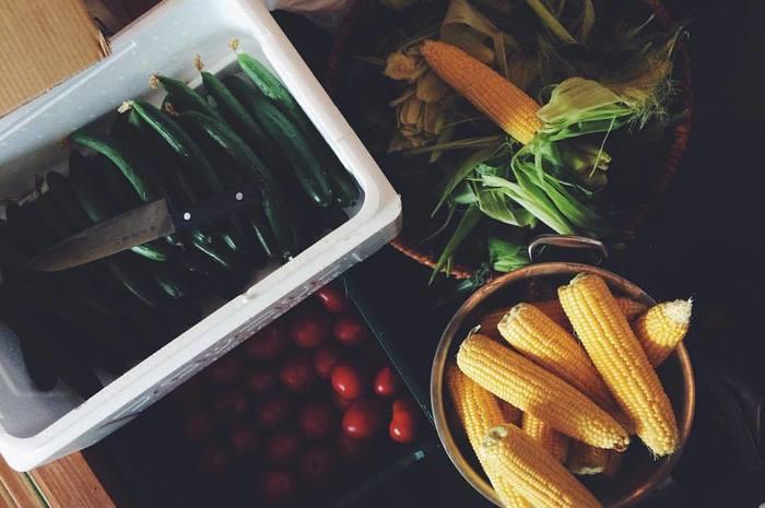 """でも、急に増えた野菜にキッチン収納が追いつかずごちゃごちゃしてしまうことも。特にかさ張る根菜はとりあえず""""仮置き""""状態が続いていませんか?常温保存できる根菜は「見せる収納」を上手に使って、キッチンをおしゃれ&キレイに保ちましょう♪"""