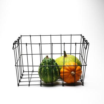 『ベジタブルストッカー』とは、野菜の保存に適した便利な道具のこと。デザイン性の高いものも多く、野菜をおしゃれにすっきりと保存することができるんです。