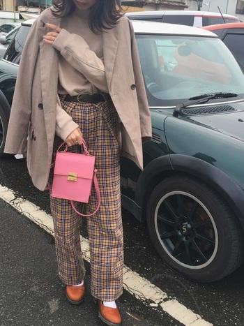 テーラージャケットとインナー・ボトムを同系色で合わせた上級コーデ。全部無地ではなく、ボトムやインナーに柄物を持ってくるのがメリハリを作るコツです!ピンクのバッグがアクセント&女性らしさを出しています。