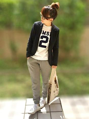 スウェットパンツにTシャツというカジュアルなコーデに、テーラージャケットをオン。コーディネートが締まって、トラッドな印象になるから不思議!