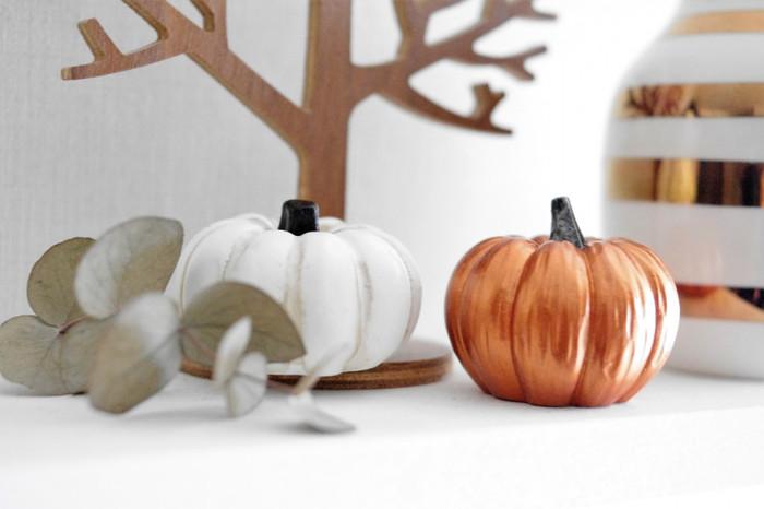 まずは秋らしさを感じられるインテリアへと模様替えしてみましょう。ベッドリネンやカーテンなどのファブリックを秋色にチェンジするだけで、お部屋が一気に秋らしくなりますよ♪