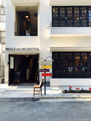 代々木公園駅から約7分のところにある「Meals(ミールズ)」。まるで日本ではないような、パリのアパルトマン風の外観が、話題のお店です。