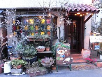 外苑前駅から徒歩約5分のところにある「カフェ香咲」。昭和レトロな雰囲気漂う喫茶店です。外観も可愛いのでチェックしてくださいね。