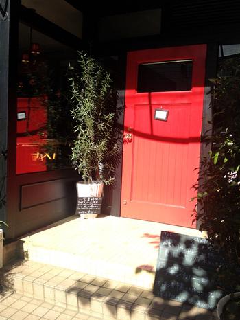 外苑前駅から、徒歩約6分のところにある、ワインとフランス家庭料理のお店「アミニマ(Aminima)」。キュートな赤いドアが目印です。