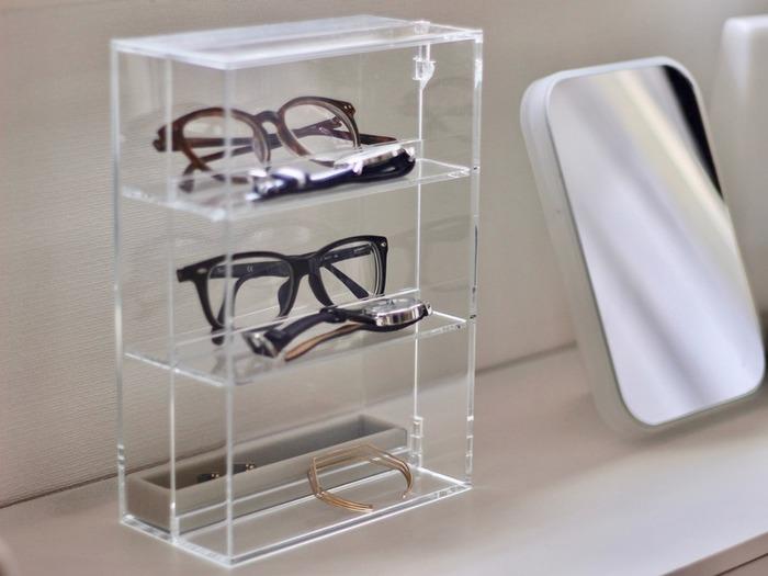 見開きタイプの収納には、「メガネ・小物ケース」もあります。「ネックレス・ピアスケース」との違いは、引っ掛けるバーの代わりに小物を置ける棚が3段ずつ付いているところ。