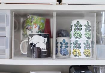 棚のなかにしまっても中身が一目でわかるので、必要なカップがすぐに取り出せます。ボックスに穴が開いているので、指にかけて引っ張り出しやすいところもポイント。