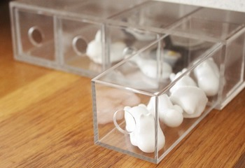 もう少し小さなものをお探しなら、「アクリルメガネ・小物ケース」もおすすめです。メガネが入るくらいの小さめの引き出しが4段付いていて、こちらも引き出しを入れ替えることで、縦でも横でも使えます。