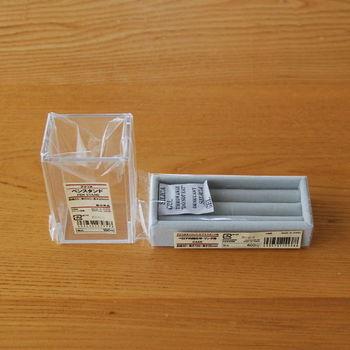 「アクリルペンスタンド」は、シンプルな形とアクリルの素材感が際立つ小さめの収納用品です。