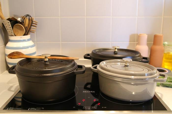 楕円型のオーバルや円形のラウンド、形もサイズもバラエティー豊かなstaub社の両手鍋。鋳物なのでどっしり安定感と重量があるお鍋です。