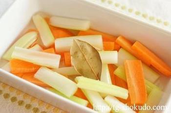 セロリとニンジンを、調味液に混ぜて寝かせるだけ。パプリカやカブなど、好きな野菜でアレンジしても美味しそう。