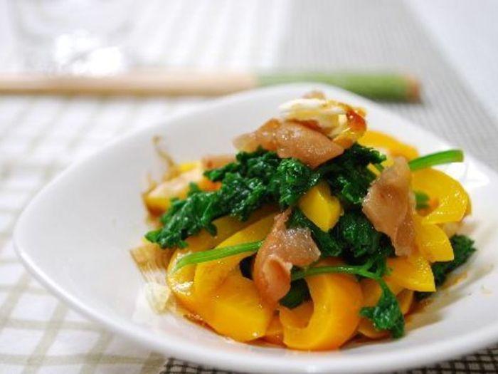 パプリカとパセリをサッと茹でて調味料を加え、アクセントに梅を散らした、おひたしレシピ。パセリのアクセントと、梅肉の酸味が食欲をそそります。たとえ食欲がないときでも、これならお箸が進みそう。