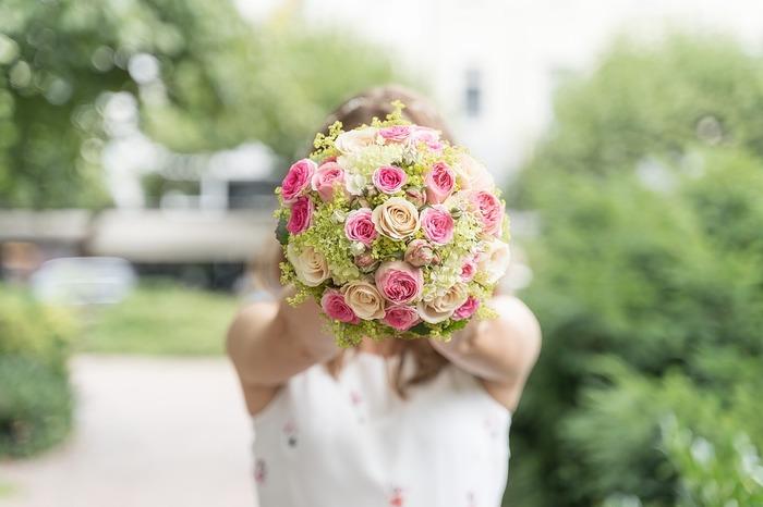 結婚式にお呼ばれした際のファッションには、いくつかのマナーがあります。まずはおさらいしましょう。  ・花嫁の衣装とかぶらないように、白の服装は避けましょう ・日中の結婚式では、肩を出すような露出の多い服装は避けましょう(夜の場合はイブニングドレスが正礼装になるので、ある程度の肌の露出がある服装も大丈夫です) ・「殺生」を想像させる、ファーやアニマル柄は避けましょう ・靴は、つま先が出るものは避けましょう