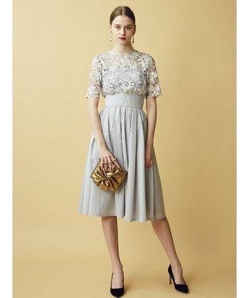 こちらもライトグレーで、たっぷりと重ねたギャザーのスカートが華やかなワンピースです。ベアトップにコード刺繍のレースを重ねているので、羽織りも必要なく1枚でキマりますね。
