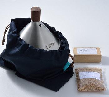 薫製作りで使用されるスモークチップとスモークウッドの2種類に対応しています。 木材を細かく砕いたスモークチップは、スモーカーの底に入れコンロの火などで間接的に加熱して発煙させるので、肉などを薫製にするのに適してます。一方、木くずを固めて成形したスモークウッドは、直接火をつけて発煙させるので、ナッツやチーズなどの薫製に適しています。