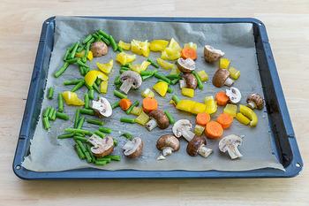 蒸し料理では、オーブンでお菓子を焼くときなどに使うクッキングシートも活躍してくれます。具材をシートで包んで器替わりにして蒸す方法もありますよ。また、ココット型をフライパンに置くときに、ココット型の下にシートを敷いて使うなどの使い方も。フライパンの表面に傷が付くのが心配なときにおすすめです。