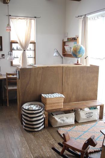 リビングの一角に、遊びのスペースを設けて。ベンチ横のボーダーの布バスケットと、ベンチ下の布ボックスはダイソーのもの、ベンチ上のラタンのバスケットは無印のものだそうです。