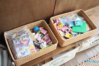 細々したブロックなどのおもちゃは、バスケットに収納すると取り出しやすく、片付けしやすくて便利です。