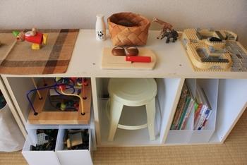 カラーボックスの中はもちろん、上にもおもちゃをディスプレイしながら収納できます。イスも一緒に収納して、ちょっとしたデスク代わりに使うことができます。