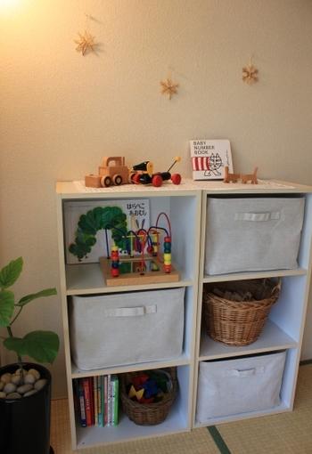 カラーボックスの上に、おもちゃを飾りながらディスプレイ収納。季節やお子さんの成長に合わせて飾るおもちゃを変えると楽しそう。