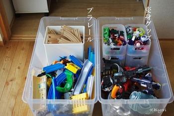 衣装ケースの中に、ボックスやバスケットを入れておもちゃを種類別に収納。どこに何が入っているか一目瞭然で使いやすい。