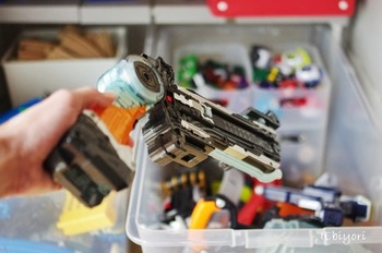 ついつい増えがちなおもちゃも、大き目衣装ケースだとババッと豪快に入れて収納、ガチャガチャっと取り出せます。