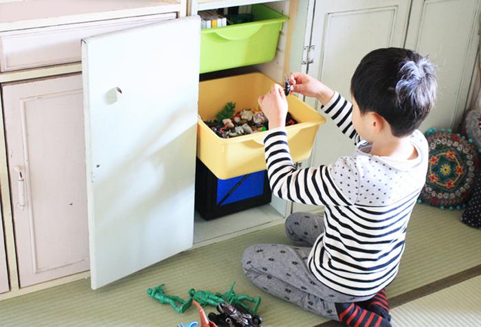 細々したものはボックスに入れてシェルフの中に収納。ボックスを取り出せるようにしておくと、遊ぶときにも片づけるときにも便利です。