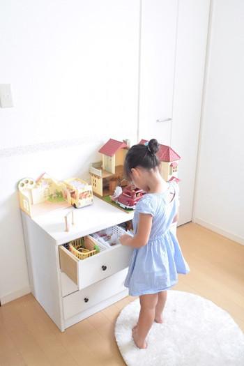 低めのチェストを、お子さんのシルバニアファミリーの収納に活用。チェストの上にはおうちをどーんと置いて。