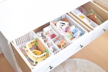 チェストの中に、お人形やおもちゃの家具などをバスケットに入れて種類別に収納。
