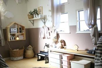優しい色使いで、女の子が喜びそうなおしゃれな子供部屋。費用が掛かっていそうに思えますが、実は100均のグッズを使ってリーズナブルに仕上げているそうです。