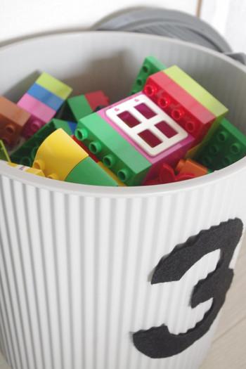 お子さんの人数に合わせてバケツに数字を貼っておくと、兄弟それぞれのおもちゃを収納できてお片付けの時も便利です。