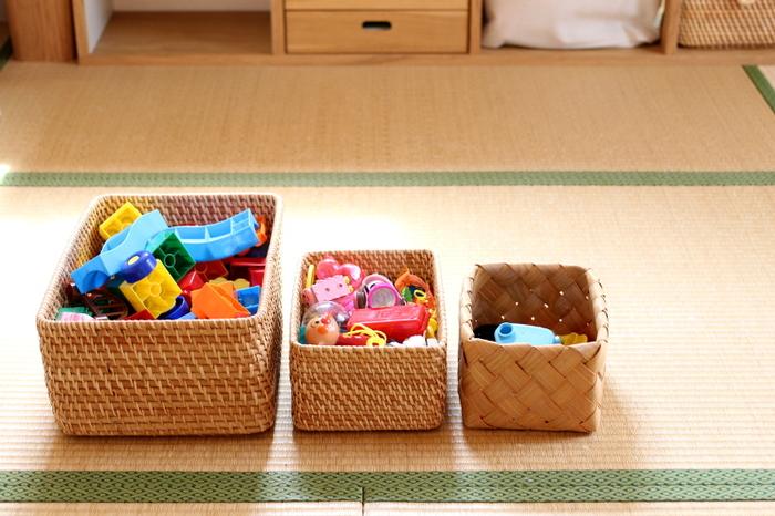 収納するおもちゃの大きさに合わせてバスケットの大きさもチェンジ。色とりどりのカラフルなプラスチックのおもちゃも、ナチュラルな素材のバスケットに入れてしまえばごちゃごちゃせずに済みます。