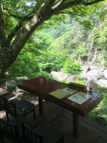 「昇仙峡」散策の途中に寄りたい「金渓館」は、目の前は渓谷という景観が最高のお店。絶景を眺めながら、休憩してみてくださいね♪