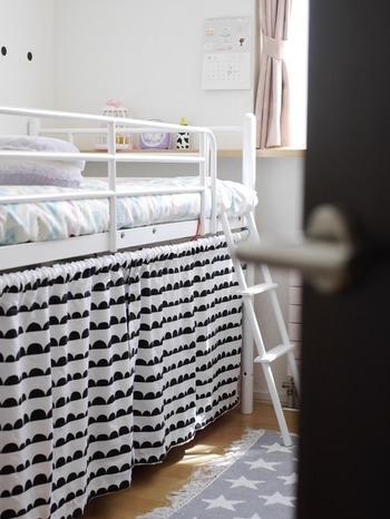たくさん収納しても、目隠ししてしまえばごちゃごちゃ感が気になりません。こちらは、ダイソーの布団カバーでリメイクして作ったカーテンだそうです。
